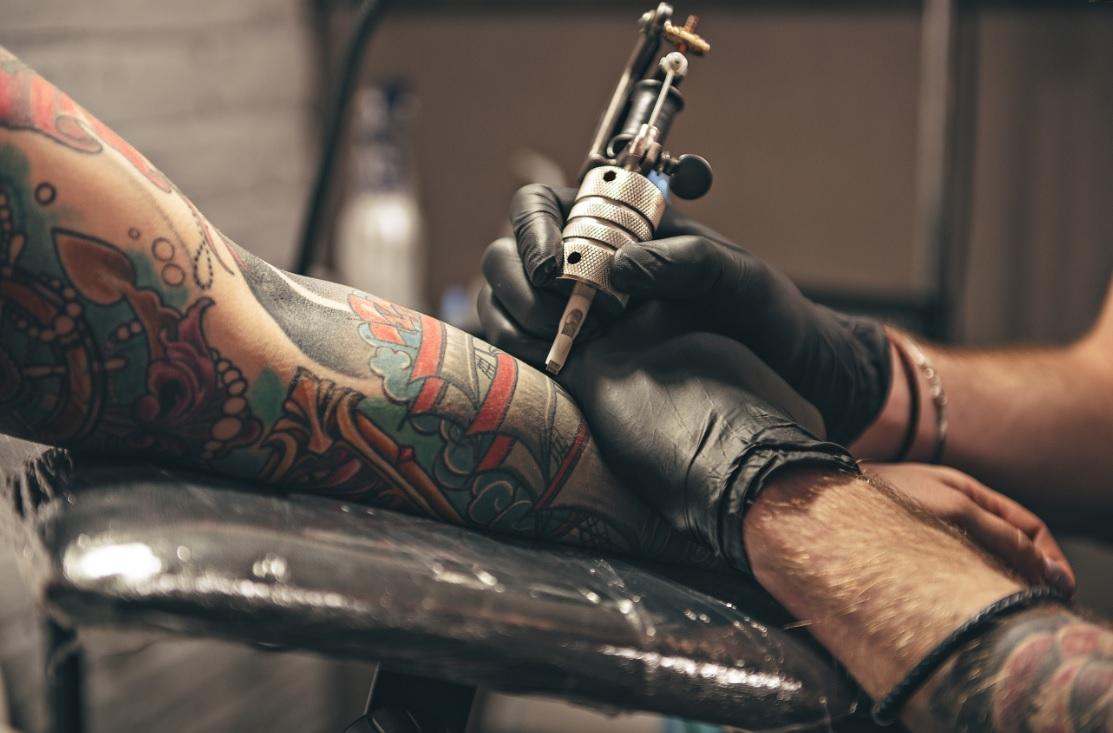 https://televisa.brightspotcdn.com/92/94/68f4ac834d5cba62b8b05b1e1289/tatuaje.jpg