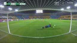 ¡Sacó pintura! El tiro de Burkenroad a nada del gol de Rayadas