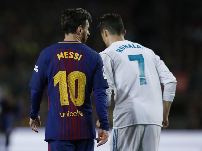 Messi y Cristiano de espalda