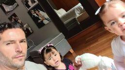 Hija de Jacky Bracamontes se avienta de cabeza por la resbaladilla y muestra que no le teme a nada