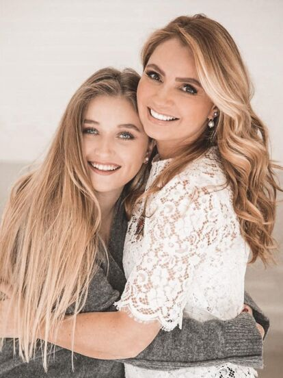 Hace unos días, Fernanda Castro, segunda hija de Angélica Rivera y José Alberto 'El Güero' Castro, causó revuelo en redes sociales al compartir una fotografía en la que luce un diminuto bikini, pero sobre todo por el gran parecido físico que tiene con su mamá.