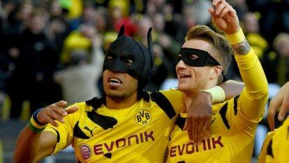 En uno de los peores momentos del Borussia Dortmund, en los años recientes, Batman se apareció para marcar, encabezar la victoria y quedarse en el recuerdo de la afición. Te contamos la genialidad de Pierre-Emerick Aubameyang y Marco Reus.