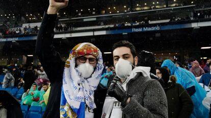 Ni el Coronavirus impide que se pierdan el Clásico. La afición se dio cita en el Santiago Bernabéu con cubrebocas.