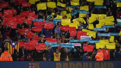 De forma pacífica, los catalanes se manifestaron con pancartas, balones y cantos al ritmo de 'Spain, sit and talk'.