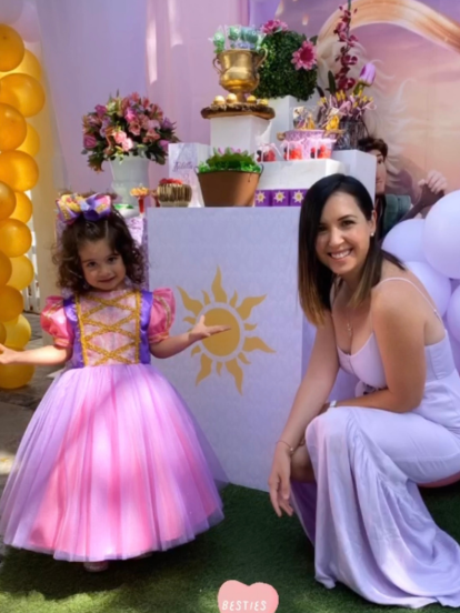 El pasado miércoles 21 de octubre, Isabella, la hija mayor de la actriz Fátima Torre, cumplió tres años y su famosa mamá lo celebró con una fiesta temática de 'Frozen'. Así, con 'Ana' y 'Elsa', la pequeña tuvo un divertido festejo. Sin embargo, este fin de semana, la actriz volvió a festejar a su hija, ahora con la princesa 'Rapunzel' como personaje temático. Mira las fotos a continuación.
