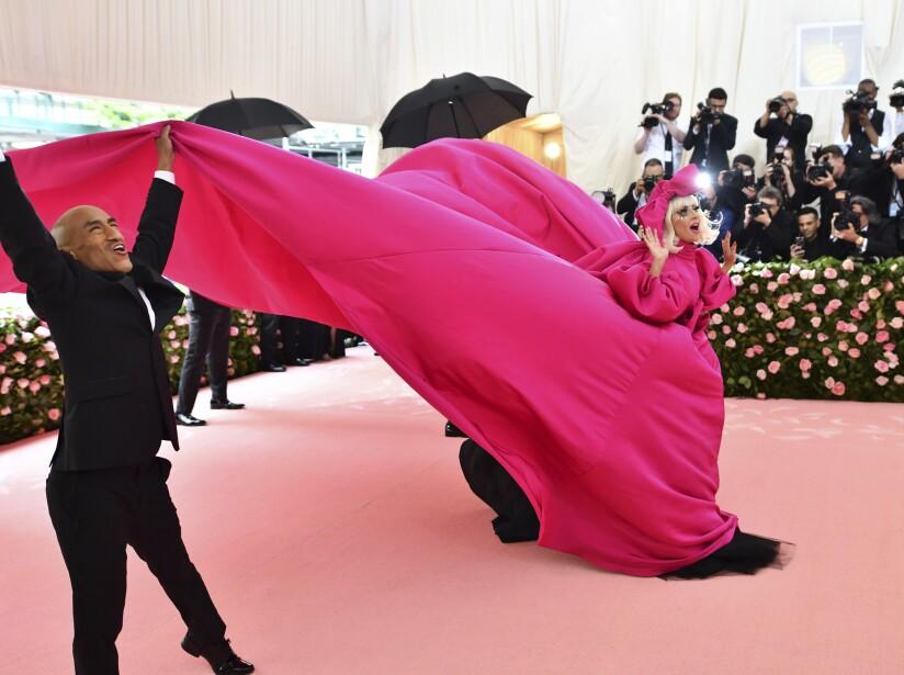 Lady Gaga se desnuda en alfombra rosa de MET Gala