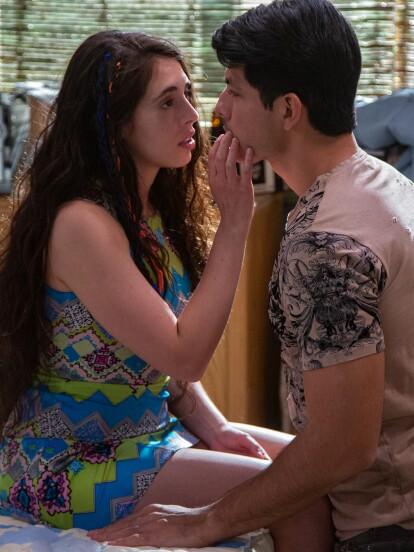 """Arantza Ruiz y Cruz Rendel dan vida a 'Mariluz' y 'Eleazar' en """"Vencer el Pasado"""". En el gran estreno de la telenovela, él trata de convencerla de estar juntos, pero ella desea que su primera vez sea especial."""