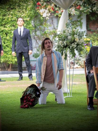 """En """"Te Acuerdas de Mí"""", 'Gastón' (Federico Ayos) llega a la boda de 'Laiza' (Tamara Vallarta) para pedirle que no se case con 'Gabriel' (Mauricio Abularach)."""