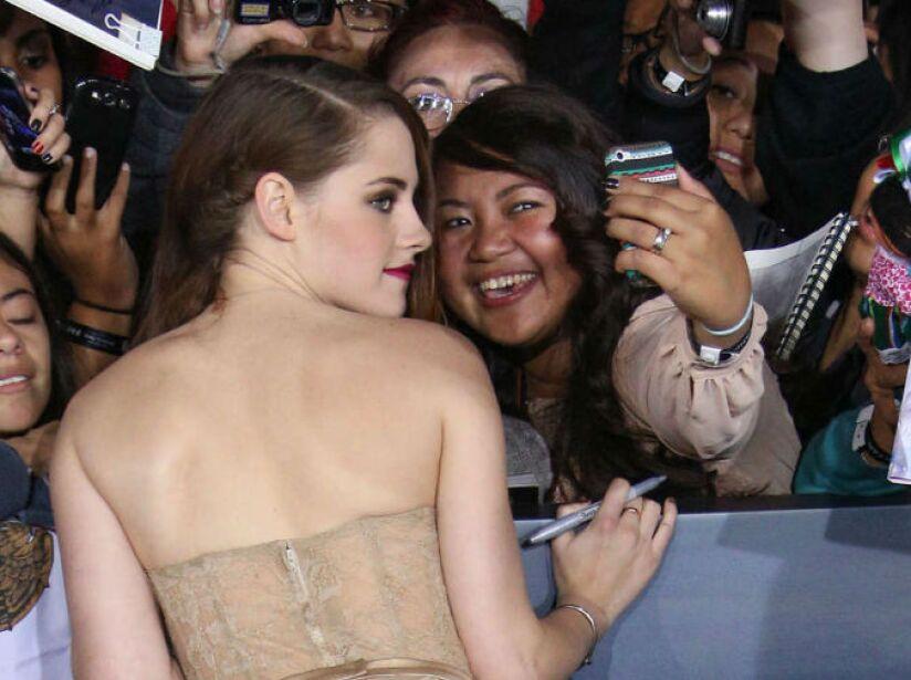Mega atenta con sus fans, mírenla durante una alfombra roja en México. ¡Qué envidia!