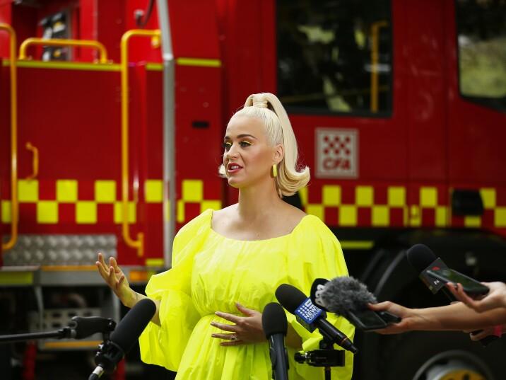 Katy Perry esegue la lotta sul concerto per i vigili del fuoco e le vittime del Boshfire in Victoria regionale