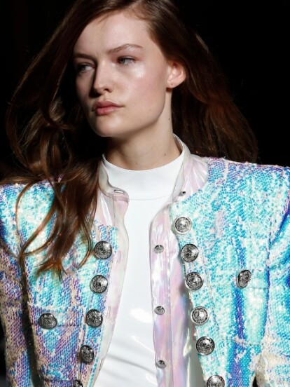 Los diseñadores y las casas de moda más importantes del momento, como Balmain y Sies Marjan, le han apostado a las prendas tornasol e iridiscentes, colores que sin duda serán tendencia este otoño 2018.