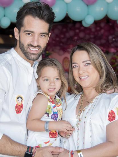 Alaïa, hija de Adamari López y Toni Costa, sigue sorprendiendo a los seguidores de sus famosos padres, pues ahora llamó la atención por el increíble parecido físico que tiene con su tía Lorena, hermana del bailarín.