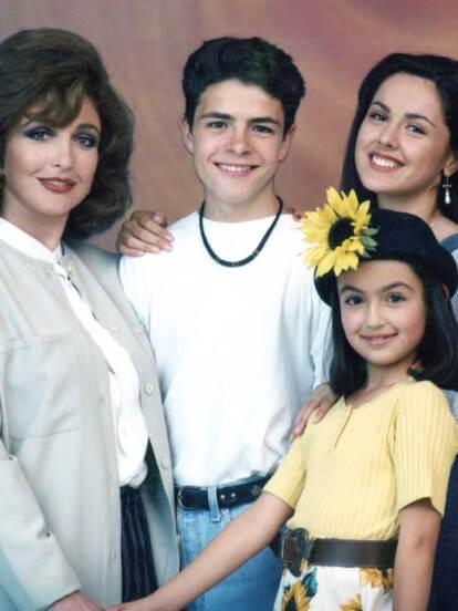 Agujetas de color de rosa fue una de las telenovelas más exitosas de 1994, contando con las actuaciones de Angélica María, Natalia Esperón, José María Torre, Flavio César, César Évora y Marisol Centeno, quien dio vida a 'Anita'. Mira cómo luce 27 años después.