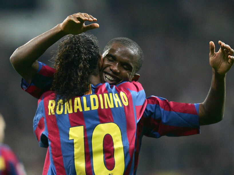 Barcelona's Brazilian Ronaldinho (L) is
