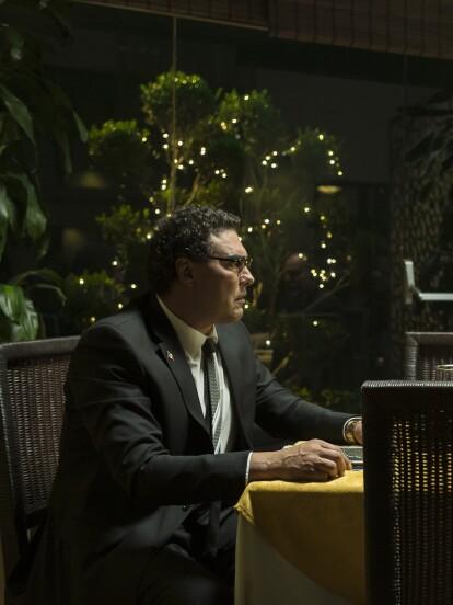 """""""El Presidente"""" (Eduardo Yáñez) llega a un restaurate citado por """"Villegas"""" (León Michel) sin saber que éste le ha tendido una trampa."""