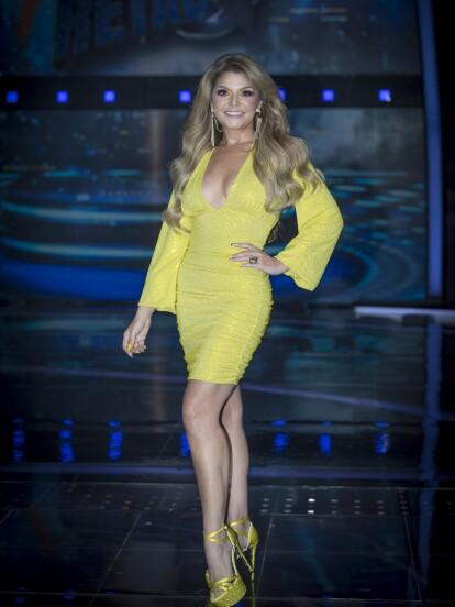 Para el segundo capítulo, la juez de sorprendió por aparecer con el cabello largo y lucir un impactante vestido amarillo.