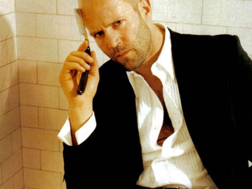 ¿Te gustan los tipos rudos? Entonces Jason es tu chico ideal, míralo seducir con esa navaja de afeitar, uff.