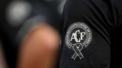 El cuerpo técnico y 19 jugadores del Chapecoense murieron, junto a periodistas, pilotos; sobrevivieron seis pasajeros a la tragedia.