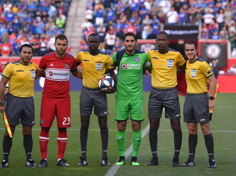 La tradicional de árbitros y capitanes