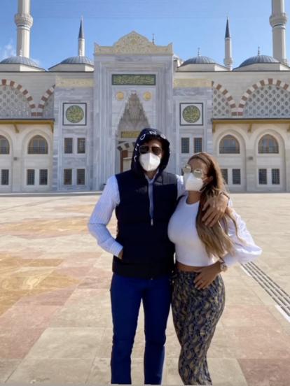 Ninel Conde hizo a un lado la polémica que la rodea desde que presentó a su novio Larry Ramos y emprendió un viaje por Turquía para celebrar por adelantado su cumpleaños número 44.