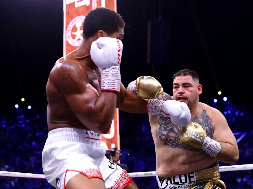 En el segundo round, el mexicano contraatacó y también hirió a Joshua.