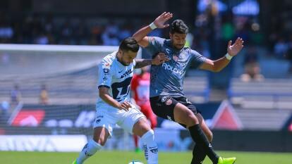 Andrés Iniestra y Eduardo Herrera disputando el balón.