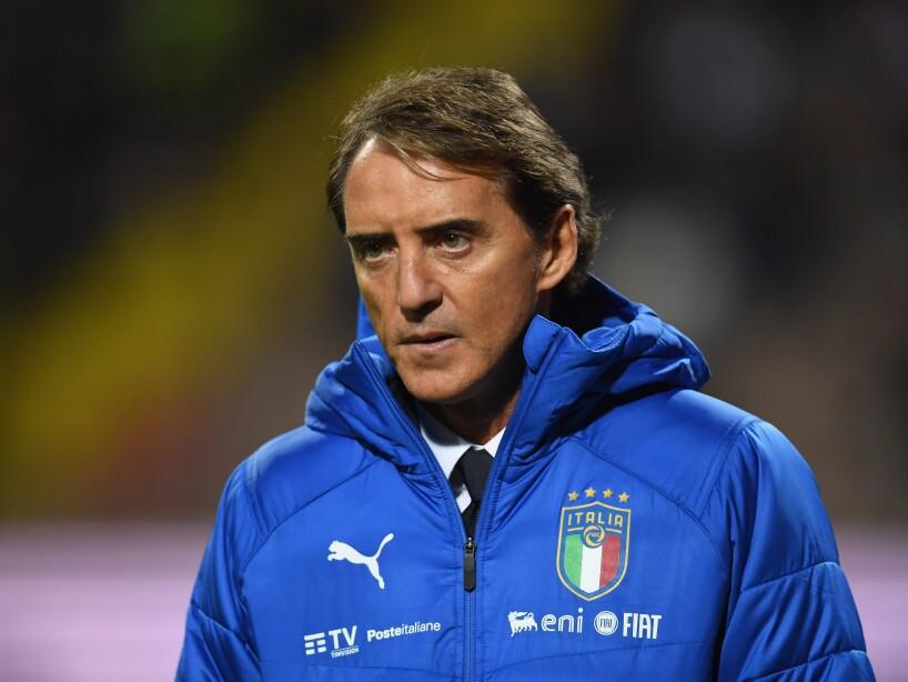 Roberto Mancini con la chamarra de Italia