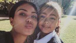 A Kim Kardashian no la dejan dar bien sus tutoriales y discursos; su hija North West le hace épicas interrupciones