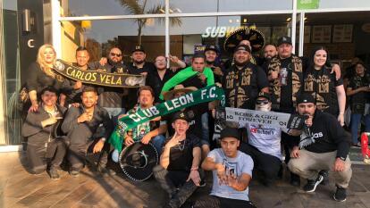 Muy prendida y animada la afición angelina, poniendo el color en León para alentar al LAFC.