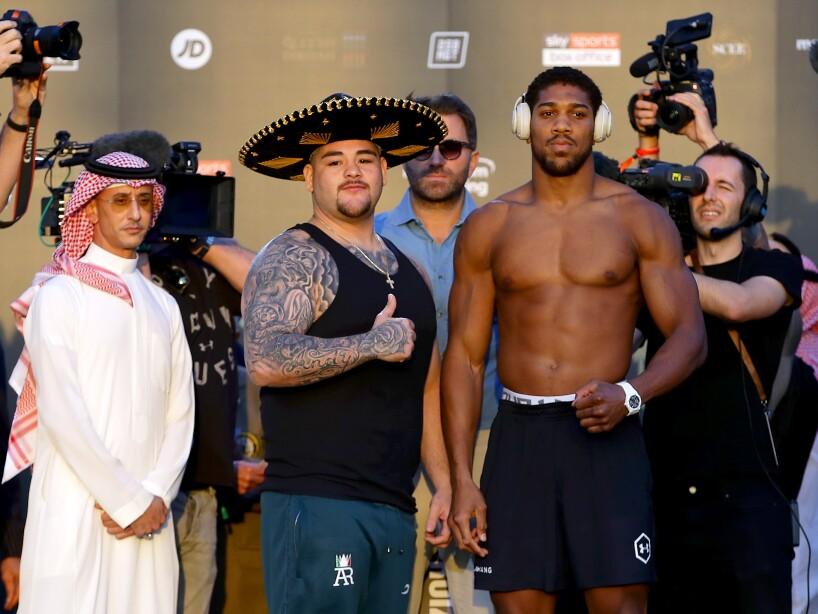 Ambos púgiles se mostraron confiados para la revancha que tendrá lugar en Arabia Saudita. Anthony Joshua pesó 237.5 libras, mientras que Andy Ruiz dejó la aguja en 287.3 libras.