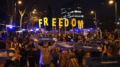 Laafición del Barça llega al Camp Nou con pancartas para protestar, de forma pacífica.