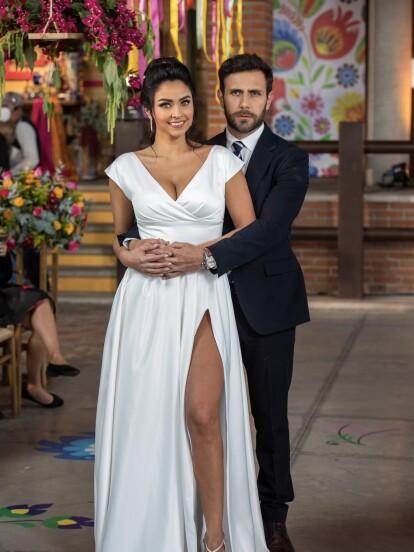"""En una íntima ceremonia, 'Martina' y 'Gabriel' unieron sus vidas en """"Fuego Ardiente"""". La boda forma parte de un pacto que ella le propuso al novio para poder cobrar la herencia que le dejó su abuela."""