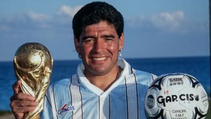 La marca mexicana de indumentaria deportiva, Garcis, invitó al campeón del mundo, Diego Armando Maradona, a una sesión de fotos para patrocinar su marca, con todo pagado en Cancún para él y su familia. Así disfruto 'el Diego' de aquella colaboración comercial.