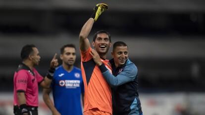 El actual portero de Cruz Azul ha sido figura en distintas ocasiones, aquí repasamos algunos de los momentos que han marcado su carrera con los celestes.