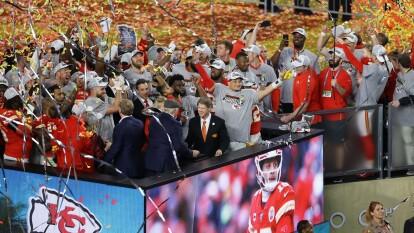 Así se presentó el festejo de los Chiefs desde los minutos finales del partido, hasta el clásico baño al head coach, Andy Reid y también la celebración con el Vince Lobardi.