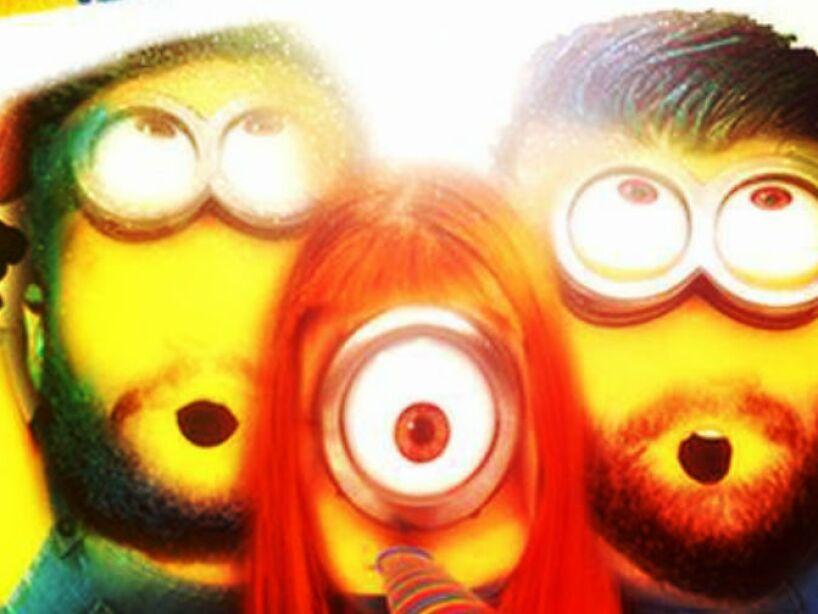 Paramore: Este trío alternativo es una versión muy colorida de los Minions.