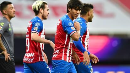 Guadalajara se llevó el Clásico en la Copa GNP por México | En el regreso del futbol mexicano, el conjunto rojinegro lució fuera de ritmo y las Chivas capitalizaron.