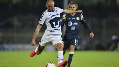 Carlos González recupera el balón en la salida del América y decide probar a puerta, pero su disparo sale muy desiado del arco de Guillermo Ochoa.