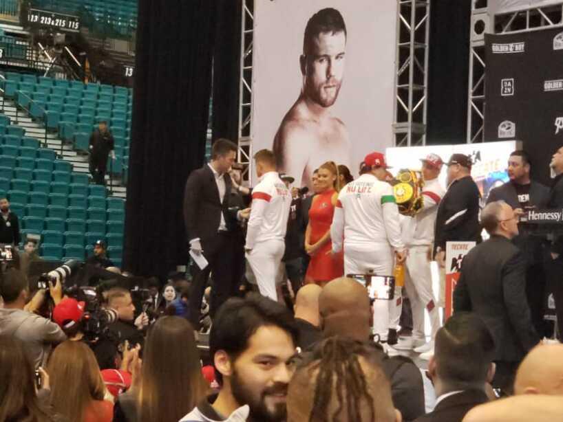 Saúl Álvarez presumió de un físico mucho más trabajado que el ruso Kovalev en la ceremonia de pesaje.