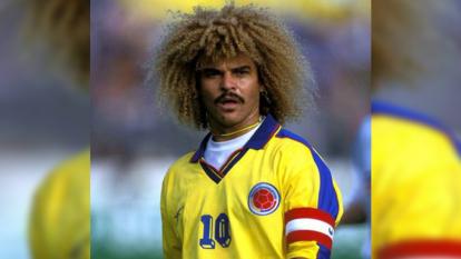 El ex-jugador colombiano siempre inconfundible con su cabello largo, esponjoso y rizado, ¡único!