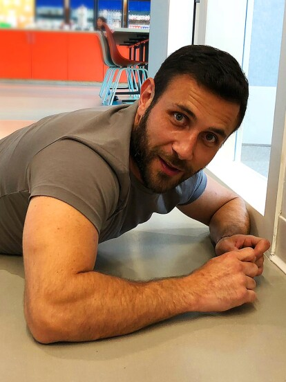 Después de participar en Entre Nos, Carlos Ferro firmó el muro de los autógrafos en Facebook de una manera muy cómoda.