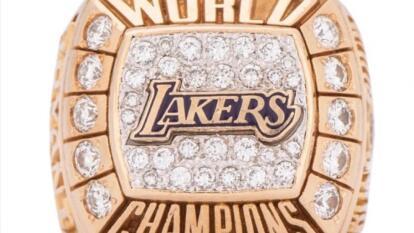 El anillo de campeonato de Los Angeles Lakers de 2000 que Kobe Bryant regaló a su padre Joe, está disponible en una subasta que arrancará en los $40 mil dólares.