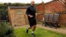 ¡Un atleta corrió un maratón en el jardín de su casa!