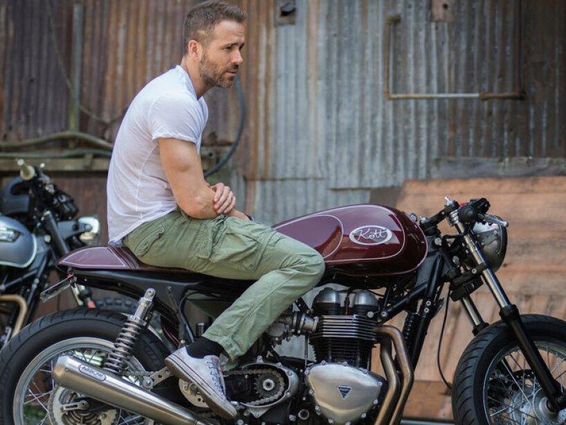 Ama las motos y tiene algunas en el garage de su casa