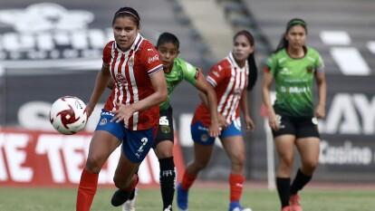 Las Chivas visitan y se deboran a las Bravas en su regreso al futbol y con un contundente 0-4 las tapatías se regresan con los tres puntos.