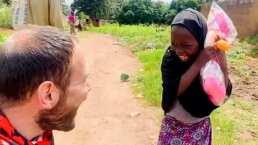 Niña huérfana en Nigeria tiene la reacción más dulce al recibir su primera muñeca