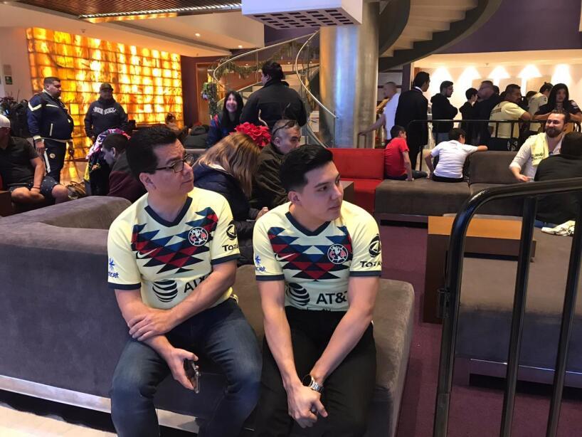 Los seguidores del América acudieron al hotel de concentración para mostrar alentar a su equipo.