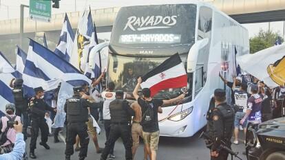 Los aficionados de Monterrey armaron caravana previo al enfrentamiento contra el acérrimo rival universitario.