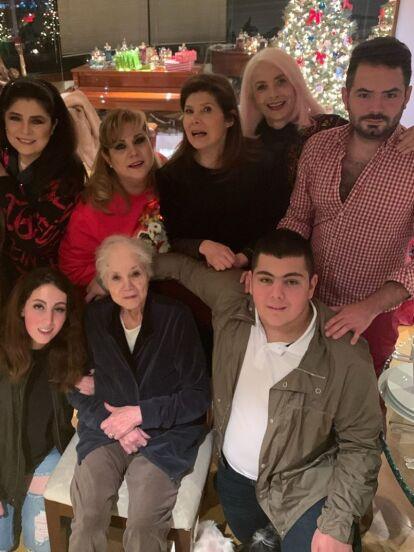 Como pocas veces y con motivo de las fiestas navideñas, Victoria Ruffo compartió una fotografía en su cuenta oficial de Instagram en la que posa con su familia completa. Y es que la protagonista de telenovelas aparece muy sonriente junto a su primogénito José Eduardo, sus mellizos Anuar y Vicky, su esposo Omar Fayad, su hermana Gaby Ruffo, su mamá y otros familiares.