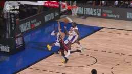 ¡Tapa grosera! LeBron llega por detrás e impide el tiro de Herro